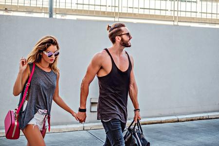 modelos hombres: Pares urbanos de la mano y cruzar la calle