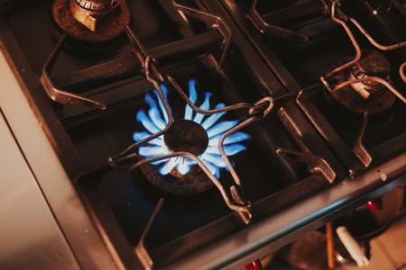 Kitchen gas stove blue flames Standard-Bild - 118085104