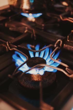 Close Up of a kitchen gas stove blue flames Standard-Bild - 118085105