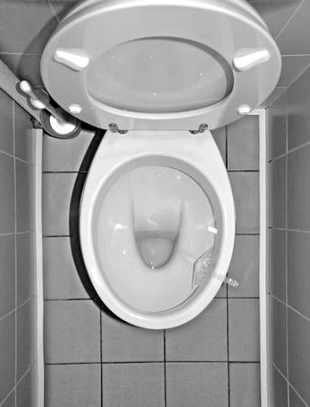 Toilettenschüssel aus Keramik im Innenbereich, Ansicht von oben