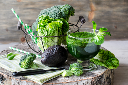 vaso de jugo: Fresco batido desintoxicaci�n verde sobre fondo de madera para la comida sana