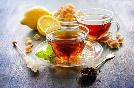 comida inglesa: Taza de té con menta y azúcar chrystal en el fondo rústico oscuro, bebidas calientes, la hora del té
