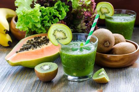 légumes vert: Fruits tropicaux kiwi sains Smoothie vert à la papaye et la banane Banque d'images
