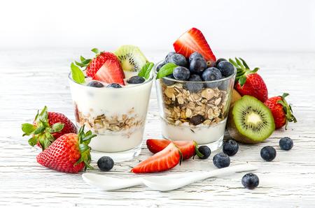 yogur: Granola o muesli con bayas y frutas para la comida sana de la mañana