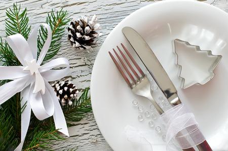 decoracion mesas: Invitación de la cena de Navidad en antecedentes blanco madera Foto de archivo