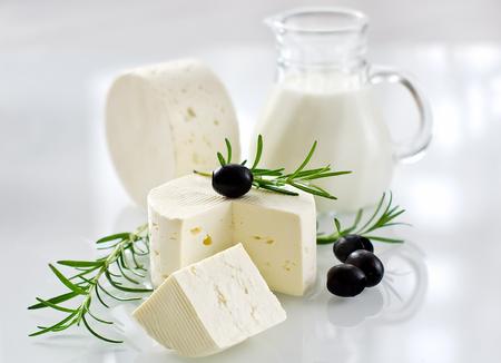 queso fresco blanco: Paneer queso sobre fondo blanco atención selectiva horizontal