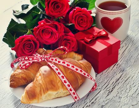 desayuno romantico: Desayuno romántico con té en tazas, cruasanes, caja de regalo y rosa