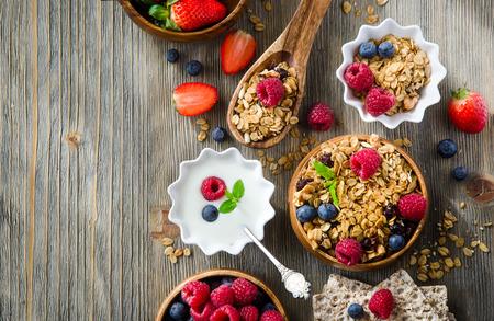 avena en hojuelas: El desayuno con avena y bayas laminados fondo de texto de ejemplo