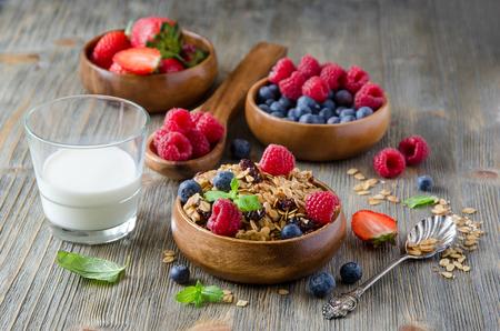 comiendo frutas: El desayuno con avena y bayas laminados en cuencos de madera