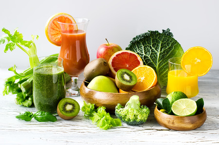 Fresh healthy detox smoothie and juice with fruits and vegetables Standard-Bild