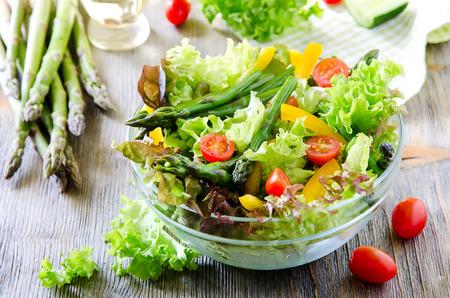 pimenton: Ensalada fresca de la primavera con espárragos verdes, tomates pequeños y pimentón Foto de archivo