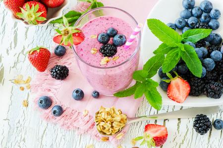 еда: Берри льстец, здоровым летом детокс йогурт пить, диеты или веганский питание и завтрак концепции, свежие витамины, домашний освежающий коктейль