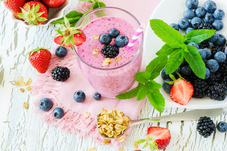 Berry kokteyli, sağlıklı yaz detoks yoğurt içeceği, diyet veya vegan yemek ve kahvaltı kavramı, taze vitaminler, ev yapımı ferahlatıcı kokteyl