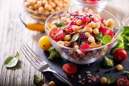 自家製ひよこ豆と野菜のヘルシー サラダ、ダイエット、ベジタリアン、ビーガン フード、ビタミン スナック