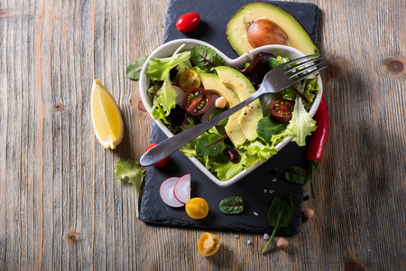 健康的な自家製ひよこ豆のサラダ アボカドと野菜、ダイエット、ベジタリアン、ビーガン フード、ビタミン スナック 写真素材