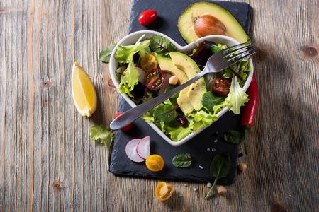Ensalada casera sana casera del garbanzo con el aguacate y los veggies, dieta, vegetariano, alimento del vegan, bocado de la vitamina