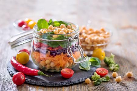 병아리 콩 및 채소,식이 요법, 채식주의 자, 채식주의 자 음식을 가진 건강한 메이슨 항아리 샐러드 스톡 콘텐츠
