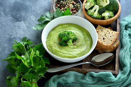 Broccoli cream soup, vegan, vegetarian eating, healthy food 版權商用圖片 - 80624894