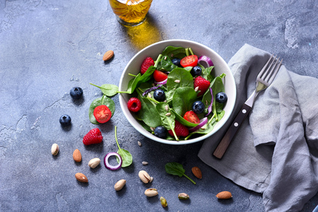 Spinach salad with berries and seeds, healthy lunch, summer snack, raw eating and diet Imagens