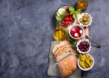 Mediterranean traditional snack with olives, pepperoni, ciabatta, olive oil,  italian or greek food concept, appetizers, antipasti, top view, copy space background Banque d'images