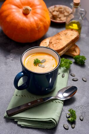 Pumpking soup in a mug, fresh autumn hot soup, homemade healthy soup, cozy food concept Banco de Imagens