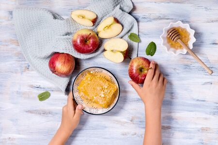 Hands holding fresh apples and honey combs, top view, rosh hashanah concept Banque d'images