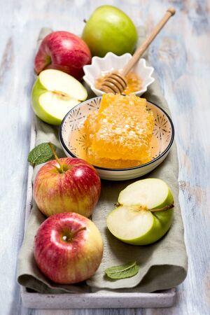 Honey combs and apples, rosh hashana, jewish new year celebration, traditional food Stockfoto