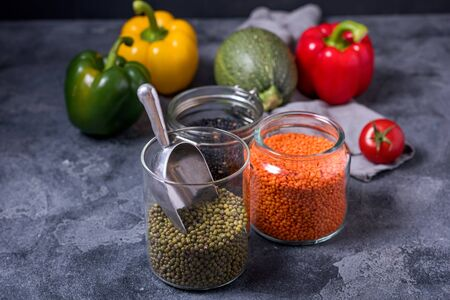 Legumes, raw lentlis and mung beans with vegetables for healthy vegan cooking, clean eating and healthy food, balanced diet Stockfoto