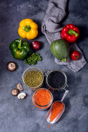 Legumes, raw lentlis and mung beans with vegetables for healthy vegan cooking, clean eating and healthy food Stockfoto