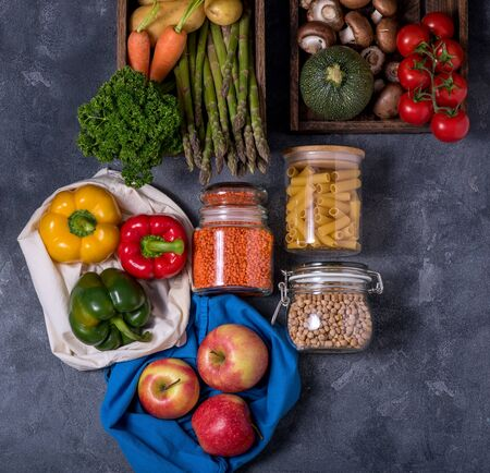 Eco-friendly lifestyle and shopping, zero waste, healthy organic vegetables and food in reusable cotton bags Stockfoto
