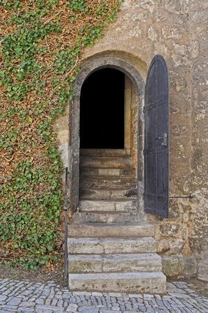 Eröffnet Eingangstür eines Kerkers mit Treppe Standard-Bild - 11028644