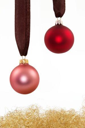 angel hair: Dos bolas de Navidad y cabello de �ngel con un fondo blanco