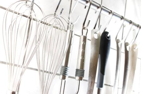 Viele Küchenutensilien an einer Stange Standard-Bild - 11323448