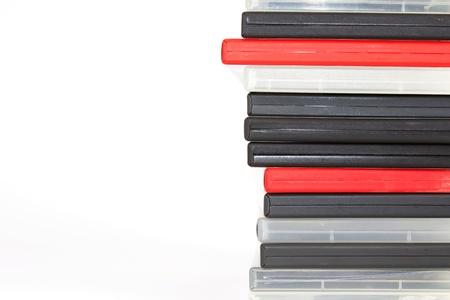 Stapel von verschieden farbigen DVD-Hüllen vor einem weißen Hintergrund Standard-Bild - 11744528