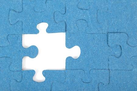 Fehlende blaue Teil eines Puzzles vor einem weißen Hintergrund Standard-Bild - 11856546