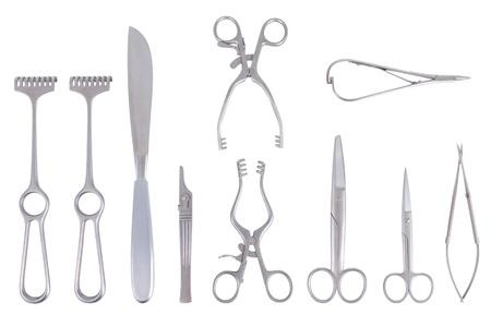 Chirurgische Instrumente mit verschiedenen Skalpellscheren und -verteiler über einem weißen Hintergrund Standard-Bild - 13165641