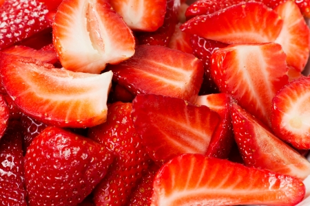 多くの新鮮なみじん切りイチゴのクローズ アップ 写真素材