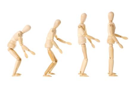 Vier houten poppen met verschillende houdingen op een witte achtergrond
