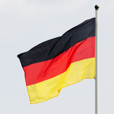 Flagge von Deutschland auf einem Fahnenmast im Wind Standard-Bild - 14897604