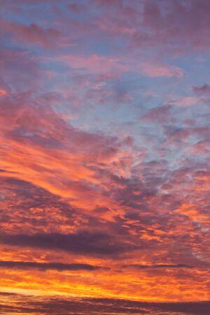 Cielo colorido con las nubes durante el amanecer de la ma�ana Foto de archivo - 17693027