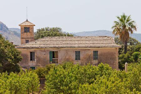 onbewoond: Oude onbewoond Spaans landhuis met een grote tuin Stockfoto