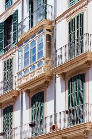 Townhouse mit grünen Fensterläden und Balkone in Spanien Standard-Bild - 18438256