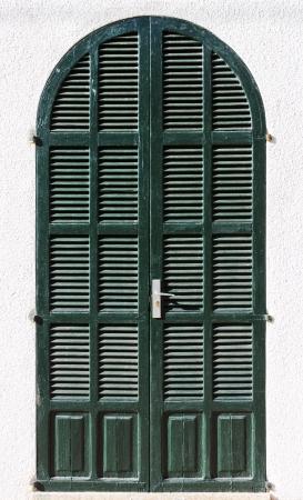 Old green wooden door of a house entrance Standard-Bild