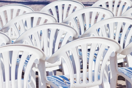 Detail der vielen leeren weißen Stühlen für ein Outdoor-Performance Standard-Bild - 18753711