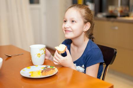 comiendo pan: niña comiendo un sándwich