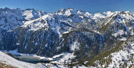 Góry z Neouvielle National Nature Reserve z jeziora rezerwuar Jezioro Oule od Graoules Blanques grani w Hautes Pyrenees, Francja. Pic de N? Ouvielle 3091 mw centrum Pic Long 3 192 dalej w lewo i szczyt 3.031 m Buggaret są niezwykłe w tym vieu o