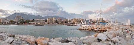 港から見たマルベージャ市パノラマ、海岸山脈と曇り空の背景では、セーリング ヨット クラブは、コスタ ・ デル ・ ソル、アンダルシア、スペイ