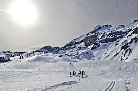Somport の冬のピレネー山脈はスペインとフランスの国境でクロスカントリーとスキーします。太陽と光の曇り空は、背景