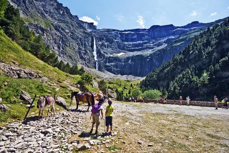 Gavarnie, Francia, 13 de julio de 2015. Los turistas que visitan el Circo de Gavarnie, en los Pirineos franceses