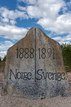 The stone marking the border between Norway and Sweden. Norwegian Hedmark is at left and Swedish Dalarna county is at right. 写真素材 - 125485960